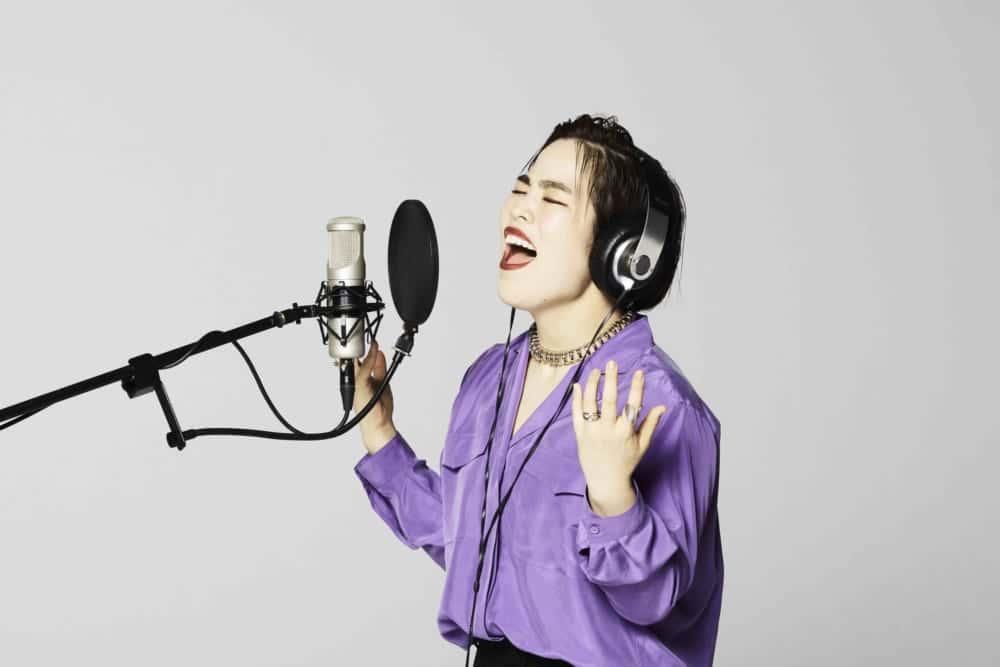 CMソング「Yes I can. I Cambly.」を歌う、ゆりやんレトリィバァさん